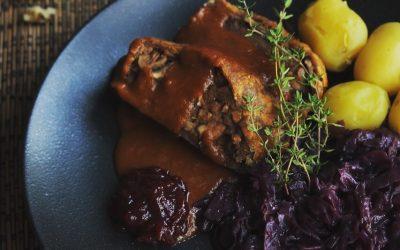 Veganer Braten mit Rotkohl, Kartoffeln und brauner Soße