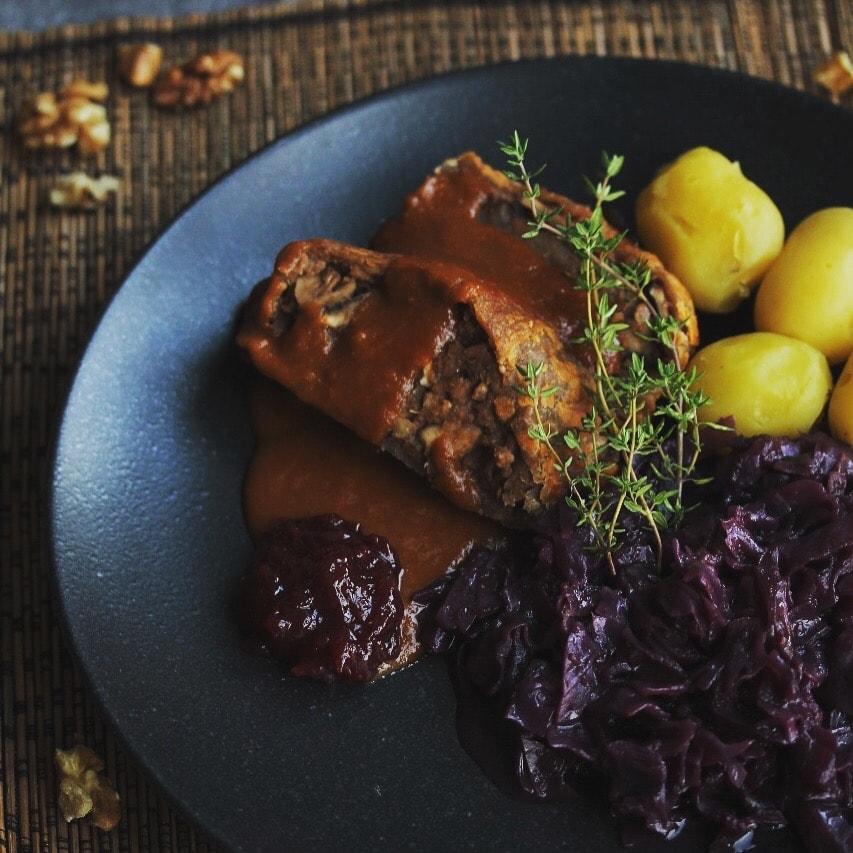 Veganer Braten mit Rotkohl